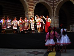 Ucraina 1 (to dance and to observe) (GrusiaKot) Tags: italy italia singing dancing ukraine verona emigration ucraina kalyna migranti badanti danzanti piazzamercatovecchio