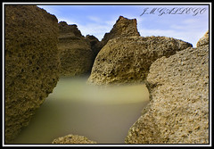 ENTRE ELLAS.. (J.M GALLEGO-Sevilla) Tags: nubes cielos nocturnas playas rocas lamanoamiga jmgallego