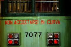 NON ACCOSTARSI IN CURVA (girano ancora questi tram verdi)