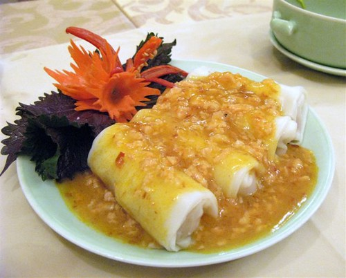 banh cuon, steamed rice wrappers filled with scallops