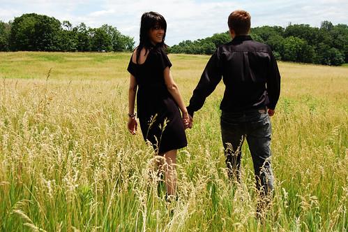 フリー写真素材, 人物, カップル・恋人・夫婦, 草原, 後ろ姿,