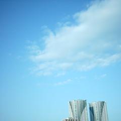 【写真】ミニデジで撮影した雲とビル