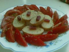 Rodajas de patatas asadas con jamón y tomate