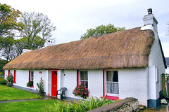 thatch hut (adudi) Tags: door ireland red house cold home rain casa nikon shot hut shot2 northernireland thatch typical isle donegal irlanda aranisland toryisland capanna thatchhut nikond40 adudi