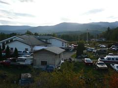 Una casa muy linda con mas de 100 autos viejos y en desuso alrededor .. increible