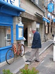 248.08.07.2004 BRETAGNE - Roscoff - un vélo de J (alainmichot93 (Bonjour à tous - Hello everyone)) Tags: france architecture magasin roscoff bretagne johnny 29 rue vélo finistère oignons