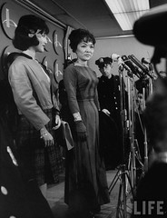 10-1963 US Mme. Ngo Dinh Nhu (C) and daughter Ngo Dinh Le Thuy (L) holding press conference upon arrival in US. par VIETNAM History in Pictures (1962-1963)