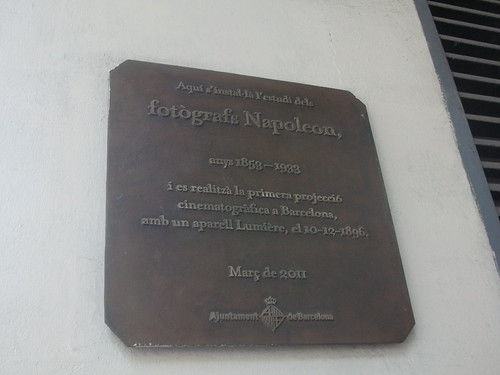 Placa en l'edifici del frontó Colon on es va projectar cinema per primera vegada a Barcelona by BEC (barcelona espai de cinema)