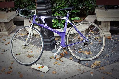 Bici lila aparcada