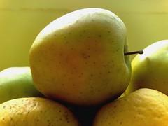 Une Pomme en Or (_Storma_) Tags: macro golden photo pomme