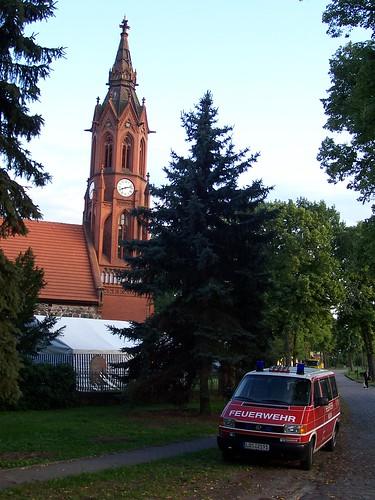 Feuerwehrfahrzeug vor der Kirche