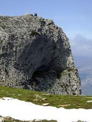 Se les ve tan pequeos (Manu B 81) Tags: grande gente nieve personas cielo nublado monte montaa niebla roca acantilado pequeo navarra hierba sandonato montaeros beriain neveros berain