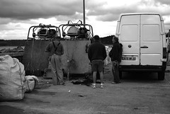 7 - 16 aot 2008 Locqumeau Vrifier les filets (melina1965) Tags: blackandwhite bw fisherman nikon fishermen noiretblanc bretagne august 2008 pcheur picturesque aot pcheurs locqumeau flickrholic ctesdarmor trgor d80 hotshotz foto throughyoureyestoours umbralaward fotoco makeothershappy