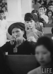 7-1962 Mrs. Dinh Nhu Ngo, Vietnams's First Lady, (Rear) praying in church. par VIETNAM History in Pictures (1962-1963)