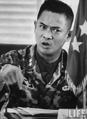 9-1963 Military Governor Gen. Ton That Dinh holding a press conference at the city hall to defend the Diem government's position during the period of martial law. par VIETNAM History in Pictures (1962-1963)