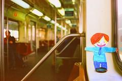 Flat Stanley no metr (Cris Meliska) Tags: film cotidiano nikonfm10 ameliepoulain flatstanley cidades sadasfotogrficas clicksp diaadiabrasileiro sampaclick estaesdetrem detalhesdacris encontrosflickrfriends