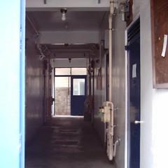 【写真】ミニデジで撮影した通りすがりのアパートの廊下