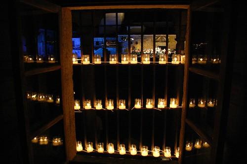 Ventana con velas y Orquesta Sinfónica Bohemia de Praga
