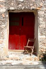 La espera fue mucha, y se fue / The wait was very long, now he's gone (Rod Anzaldua) Tags: door rojo puerta chair lock yucatan reddoor monastery silla convento rodolfo izamal anzaldua impressedbeauty monsterio rodanzaldua rodolfoanzaldua