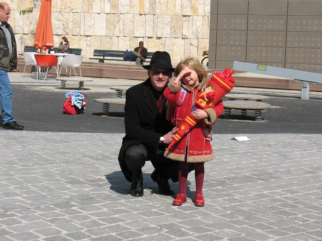 Aaliyah und ich vor der Synagoge Jakobsplatz in München
