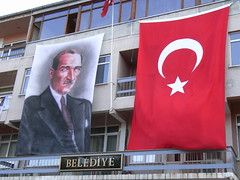 Ataturk el malvado ogro que roba niños (o eso parece por la foto)