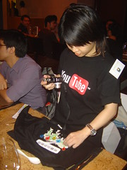 Google Maps Party: Sidekick在玩Google送的T-Shirt與小禮品
