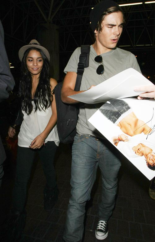 Vanessa Hudgens and Zac Efron take time with fans at LAX 1/1