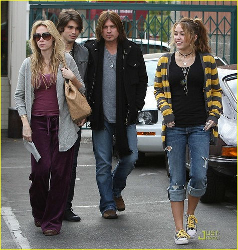 miley-cyrus-family-paty-lunch-02