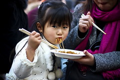 Udon () (bass_nroll) Tags: street family food parco japan canon tokyo udon kid shrine child sunday mother noodles japanesefood motherandchild bashi meijijingu domenica bimba tempio yoyogikoen japan09 outdooor 450d bellinalei socialproffdocumentryphotography