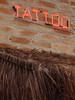 Letreiro e telhado de palha