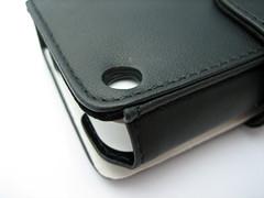 Als je de case uit de verpakking haalt, zit er een kartonnen vouwmodel in om de case in vorm te houden.