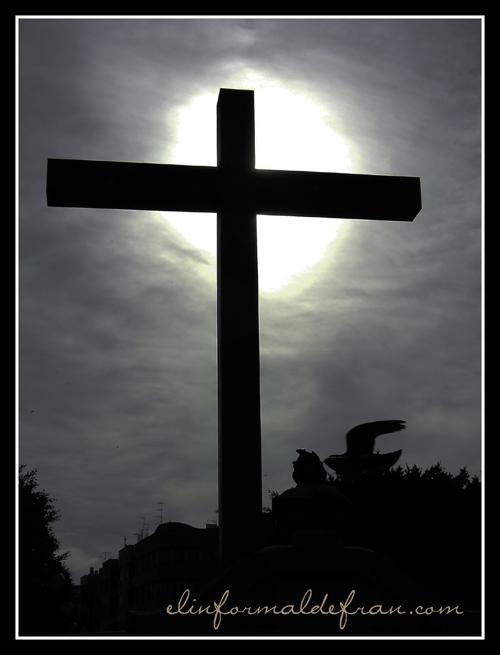Cruz de los Caidos a contraluz