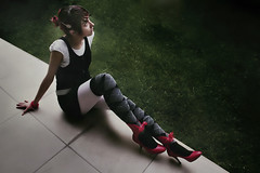 Red heels (Musa de Lirio) Tags: cute girl grass pasto littleblackdress melancolia redheels rombos zapatosrojos