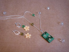 Conjunto Jardim (A Cor do Brasil) Tags: flores verde folhas flor artesanal bijoux bijuteria jardim resin resina colar conjunto pingente fashionjewelry pintadoámão bijouxfantaisie