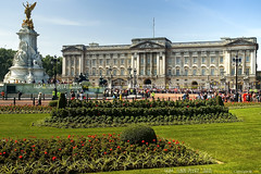 Buckingham Palace - London (Humayunn N A Peerzaada) Tags: uk england india westminster wheel millenniumwheel underground flyer model singapore europe photographer ferris waterloo ferriswheel actor maharashtra mumbai riverthames westminsterbridge hungerfordbridge stations kutch humayun thelondoneye jubileegardens madai festivalofbritain undergroundstations peerzada imagesoftheworld deolali singaporeflyer humayunn peerzaada domeofdiscovery kudachi kudchi humayoon humayunnnapeerzaada wwwhumayooncom humayunnapeerzaada grandeuropediscovery starofnanchang
