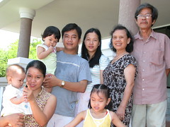 ÔNg bà ngoại, cậu Nam, mợ Lan và 3 mẹ con (Ba Kều làm phó nháy rùi)