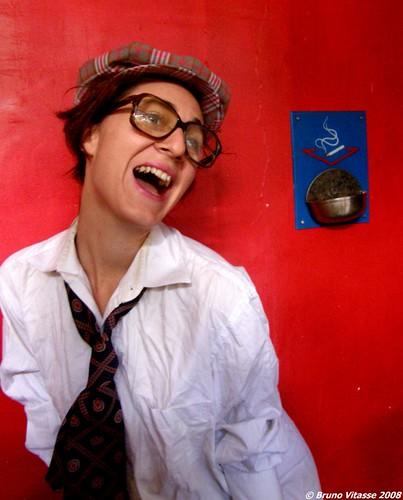 Lucie Old School Girl sur fond rouge et cendrier bleu