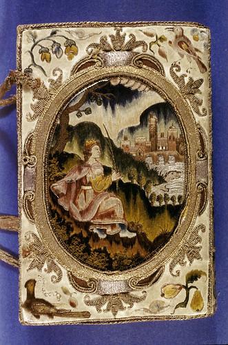 001 Contratapa-Biblia libro de oración- cubierta de seda bordada con metal en las juntas-año 1639