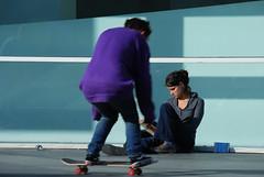 Leer, patinar, de todo se aprende / Reading, skating, everything is good to learn (Miguel ngel Yuste) Tags: barcelona reading leer skating read skate macba patinar