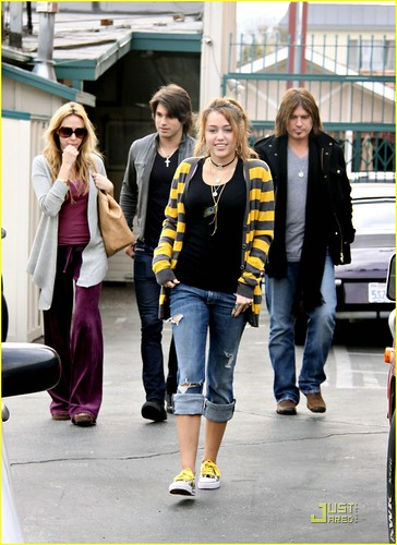 miley-cyrus-family-paty-lunch-16