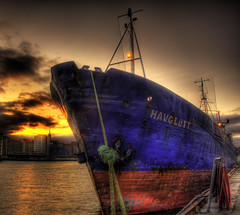 Havgltt (Amundn) Tags: sunset reflection water norway boat nikon rust ship harbour rusty anchor bergen gabriela bryggen hdr bt d300 rusten havgltt 5xp trollsund