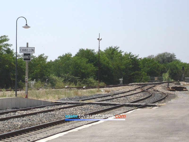 Vue des voies principales depuis le quai de la gare de Pertuis