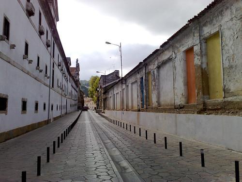 A vossa esquerda, o mosteiro. A direita, um edifício abandonado :(