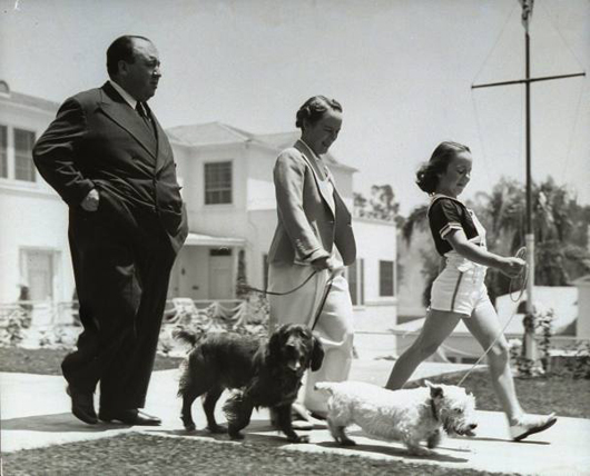 Alfred Hitchcock y su familia en 1939
