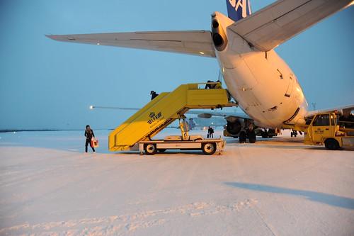 雪の上を歩いて空港内へ