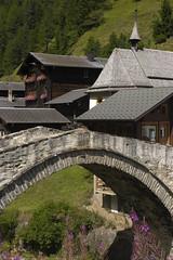 old bridge in switzerland (loonatic) Tags: flowers roof alps river switzerland rooftops brug 2008 wallis bloemen augustus dak zwitserland rivier daken oldbridge bloembak seven7houses six6housesone1church