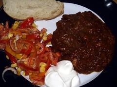 Chili con carne med salat, brød og creme fraiche