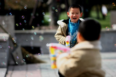 Happy Moment (HW.Wang) Tags: china canon children dof shanghai bokeh   buble peoplessquare