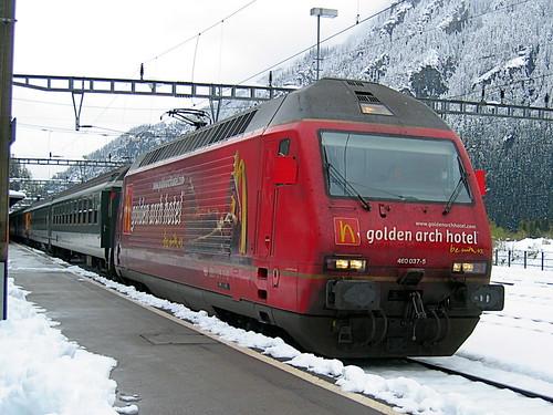 SBB Lokomotive Re 460 037 - 5 mit Werbung für Golden Arch Hotel in Göschenen , Kanton Uri , Schweiz