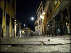 a volte...la luna (•:• panti •:•) Tags: strada colore luna notte lampioni palazzi insegne rho finestre negozi paletti dalbasso imposte sfidaphotoamatori